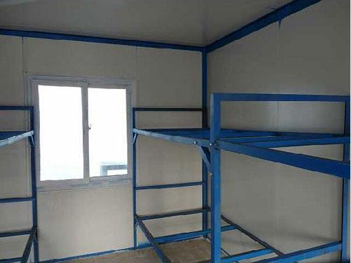 烟台集装箱宿舍(两窗,一门,配电箱,日光灯,插座等)铺有地板砖,设有