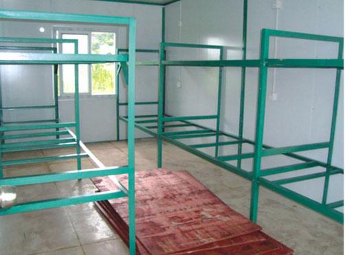 (两窗,一门,配电箱,日光灯,插座等)      烟台集装箱宿舍由标准集装箱